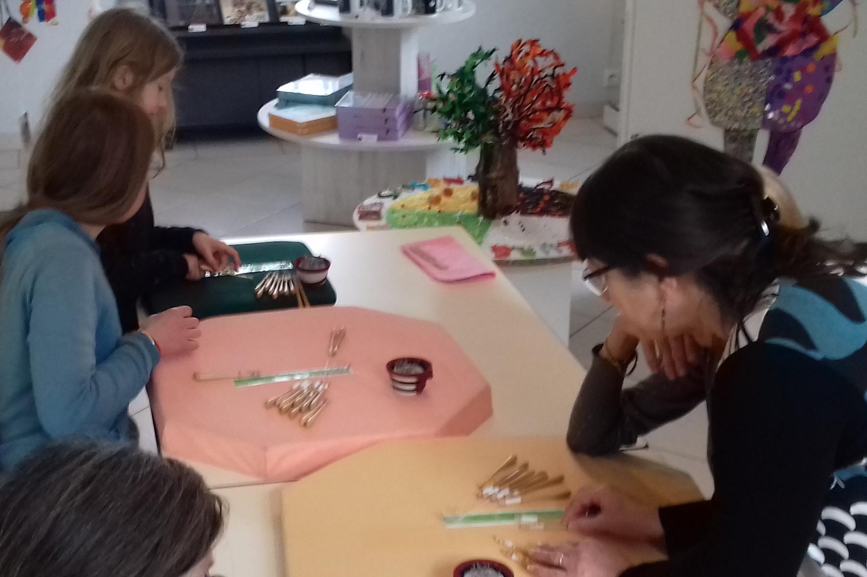 Atelier-enfants-bijou-dentelle-